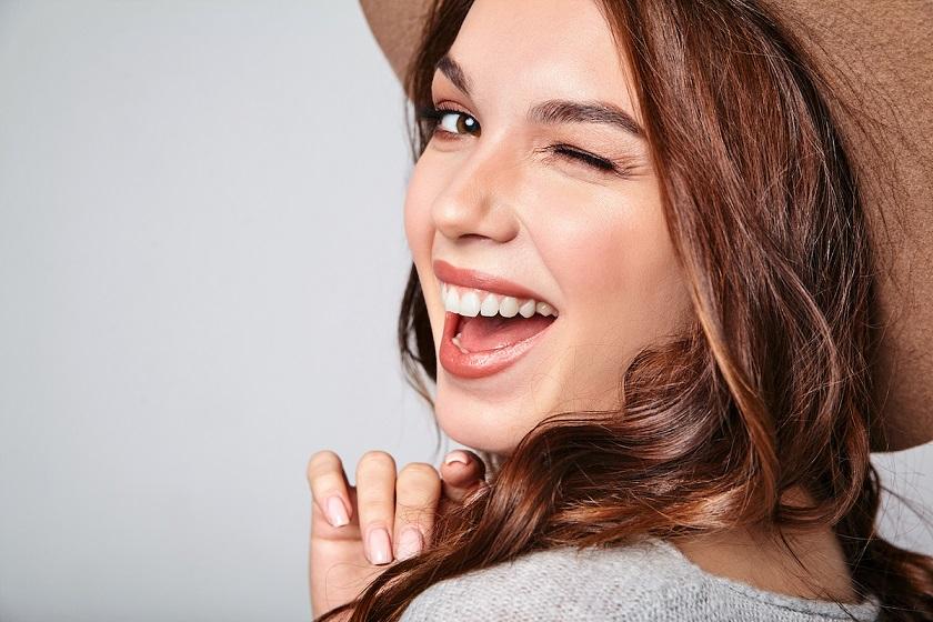 uśmiechnięta młoda kobieta
