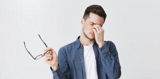 ból oczu u młodego mężczyzny
