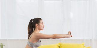 młoda kobieta ćwiczy na macie