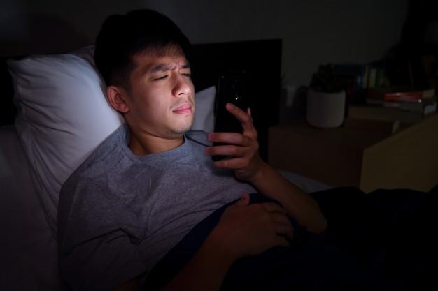 mężczyzna czytający po ciemku